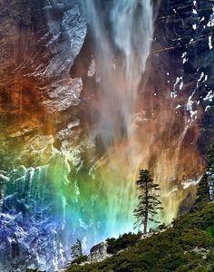 Luz de colores en la cascada Bridalveil Cuando se dan unas condiciones muy especiales de humedad, viento e iluminación se pueden observar i...