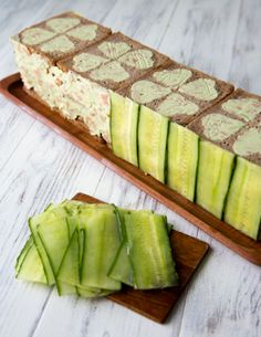 Cold sandwiches with cucumber crust Tea Party Sandwiches, Sandwich Cake, Cold Sandwiches, Salad Design, Food Design, Luncheon Recipes, Deco Fruit, Gateaux Cake, Food Garnishes