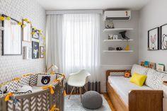 O pedido da mãe do Gustavo foi um quarto que fugisse do clássico. O arquiteto RODRIGO FERREIRA criou um ambiente em tons de cinza e amarelo.