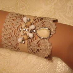 Manchette dentelle couleur lin , cuir crème, perles blanches et beiges et strass brillants