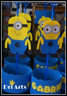 Centros d mesa minions Minion Party Theme, Minion Birthday, Birthday Treats, Boy Birthday, Craft Party, Birthday Party Decorations, Minion Craft, Hawaiian Birthday, Ideas Para Fiestas