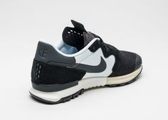 Mesh upper Suede eyestay & heel panel Textile side panel Welded Hyperfuse details Punched-out synthetic tongue Air