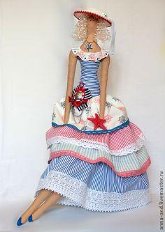 МАРИНА. Кукла выполнена из натуральных материалов.Внутри маленькое пластиковое сердечко.Платье сшито из морских тканей,в руке настоящая морская звезда.    Хотите узнавать о моих новых работах первыми – нажмите 'Добавить в круг'.