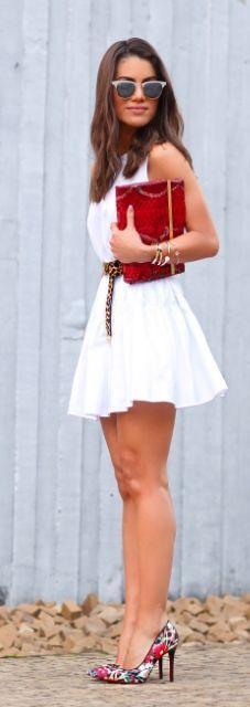 Printed Pumps Outfit Idea Combinando el blanco con coloridas: correa y zapatos. La sensualidad la pone la minifalda