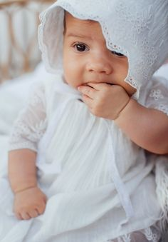 Béguin Bébé fille en gaze de coton et dentelle Baptême