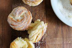 Cruffin, la cruza entre croissant y muffin. Hojaldrado y mantecoso. La receta en Filosofia de Sabor