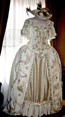 TRAJES DE EPOCA: Vestido beige escote por los hombros s: XVIII