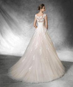BIA - Robe de mariée silhouette princesse avec incrustations de pierres fines | Pronovias