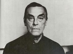 Arsenij TARKOVSKIJ, uno dei più grandi poeti del Novecento. Nel suo sguardo sereno e implacabile, da samurai, si scorge la virile malinconia di un'anima che ha attraversato il lunghissimo inverno sovietico senza mai venire meno alla lirica sacralità della vita.