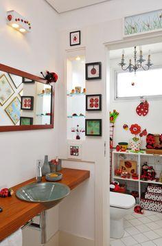 No Projeto do apartamento por Mariela Fonteyne o lavabo tem inspirações em joaninha com iluminação Vertz e revestimentos Ceramick.Foto: Gustavo Olmos