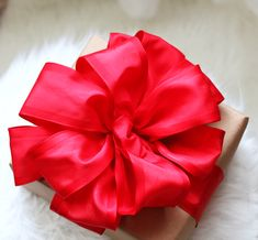 how to make perfect bow gift wrap, christmas decorations, crafts, how to, seasonal holiday decor Christmas Bows, Christmas Gift Wrapping, Christmas Crafts, Christmas Decorations, Christmas Trees, Christmas Packages, Xmas, Cozy Christmas, Holiday Decorating