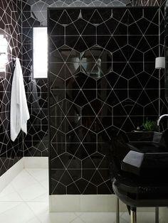 Un muro separa la zona del lavabo de la ducha.