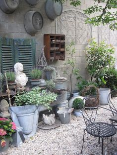 En masse herlige ting samlet til at skabe stemning i en baggård.