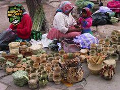 BARRANCAS DEL COBRE te dice.  Dentro de los cuatro grupos de indígenas que están asentados en la sierra, los tarahumaras suman alrededor de 50.000. El 90% de la población rarámuri se concentra principalmente en los municipios de Bocoyna, Urique, Guachochi, Batopilas, Carichí, Balleza, Guadalupe y Calvo y Nonoava. pueblo. www.chihuahua.gob.mx/turismoweb