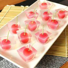 「製氷皿で作る さくらんぼの一口寒天」の作り方を簡単で分かりやすい料理動画で紹介しています。さくらんぼで一口寒天スイーツはいかがですか? さくらんぼを丸ごと味わえるひんやりスイーツは、暑い日にもぴったり。 ホームパーティなどのおもてなしにも最適です。 とっても簡単ですので、ぜひ作ってみて下さいね。