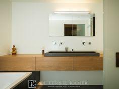 (De Eerste Kamer) Een strak houten badkamermeubel, speciaal gemaakt voor deze badkamer. Meer foto's van onze badkamers vindt u op www.eerstekamerbadkamers.nl