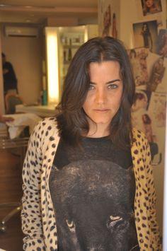 Fernanda veste: Casaco Animale, Camiseta Zara, Pulseira H&M, Sapato e Bolsa Schutz