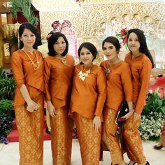 Elegant And Cozy Family Uniform For Wedding Party 09 Kebaya Lace, Kebaya Dress, Kebaya Simple, Hijab Dress Party, Older Women Fashion, Woman Fashion, Thai Dress, Pink Bridesmaid Dresses, Dress Out