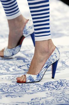 Blue toile shoes by Jean-Charles ~ Fancy Shoes, Me Too Shoes, Floral Fashion, White Fashion, Love Blue, Blue And White, Johann Wolfgang Von Goethe, Mode Shoes, Bleu Turquoise