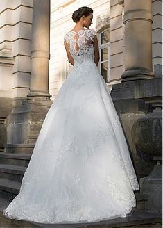 Alluring Tulle Jewel Neckline A-line Wedding Dresses With Lace Appliques
