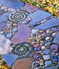 Mosaic in the garden - 13 charming designs with Mosaik im Garten – 13 bezaubernde Designs mit Schwung Mosaic in the garden stone flowers, colored stones - Pebble Mosaic, Mosaic Art, Rock Mosaic, Mosaic Walkway, Mosaic Stones, Amazing Gardens, Beautiful Gardens, Decorative Pebbles, Garden Stepping Stones