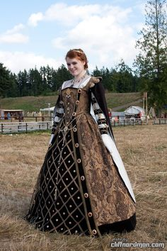 Washington Midsummer Renaissance Faire 44 - I went this last year, saw her in the exact costume. She plays the Queen and walks around and meets people. So fun Elizabethan Costume, Elizabethan Fashion, Tudor Fashion, Medieval Costume, Medieval Dress, Mode Renaissance, Renaissance Festival Costumes, Renaissance Clothing, Renaissance Fashion