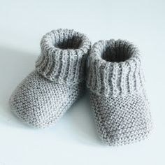 Fra M ved omg. start, strik r over den halve Knitting For Charity, Knitting For Kids, Baby Knitting Patterns, Baby Patterns, Baby Barn, Knit Baby Booties, Baby Leggings, Kids Socks, Baby Cardigan