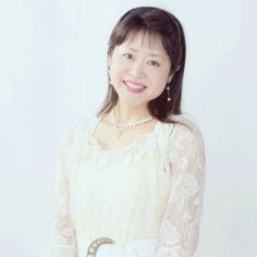 ゲスト◇森祐理(もりゆり)クリスチャンアーティスト/NHK教育TV「ゆかいなコンサート」の歌のお姉さんを務める。オペラ、ミュージカルで活躍中に声を失う経験を通し、福音歌手としての活動開始。以来国内外にて、毎年百数十回の公演活動を展開中。2002年大阪矯正管区長賞。2007年法務大臣顕彰拝受。海外では、3度に亘るブラジル全土ツアー、全米ツアー、イスラエル、アフリカ、ヨーロッパ、NZ、インドネシア、中国、韓国などの他、台湾では300回近い公演を行い、中国語、台湾語、韓国語のCDもリリース。阪神淡路大震災・神戸市式典「1・17のつどい」にて独唱(2010、2011、2012年)。東日本大震災の被災地では60回以上に及ぶ慰問コンサートを継続中。(2012年7月現在)。どんな人にも愛される美しい歌声で、希望のメッセージを届けている。 モリユリ公式ウエブサイト http://www.moriyuri.com/