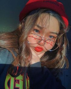 I love the bright make up she has one! Mode Ulzzang, Ulzzang Korean Girl, Cute Korean Girl, Ulzzang Couple, Asian Girl, Kfashion Ulzzang, Korean People, Uzzlang Girl, Girl Inspiration