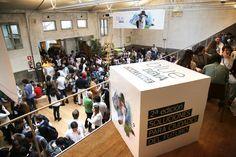 Blue BBVA Challenge Day 2016 Congreso para Millennials sobre las Ciudades del futuro. Decoración de eventos. Cubo de cartón personalizado. Cardboard customized cube for event decorations.
