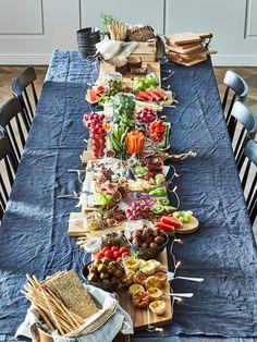 Juhla-ateria ilman ruoanlaittoa - IKEA Brunch Mesa, Brunch Buffet, Plateau Charcuterie, Charcuterie Board, Grazing Tables, Snacks Für Party, Food Platters, Easter Brunch, Holiday Dinner
