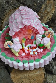 LOS DETALLES DE BEA: Tarta de chuches Marshmallow Sweets, Edible Bouquets, Carnival Themed Party, Candy Cakes, Chocolate Bouquet, Candy Bouquet, Small Cake, Candy Party, Candy Shop