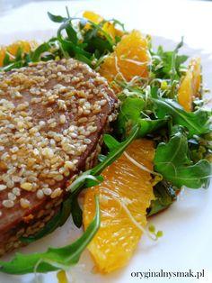 Stek z tuńczyka w sezamie z sałatką z rukoli i pomarańczy