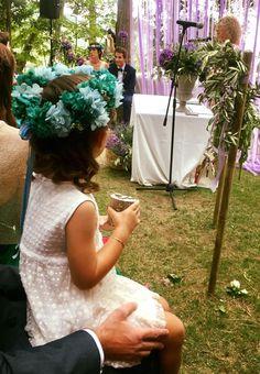 Niña portadora de arras con corona de flores Lelén #niñaarras #portadoradearras #tocadoslelen #corona #coronadeflores #hortensiapreservada