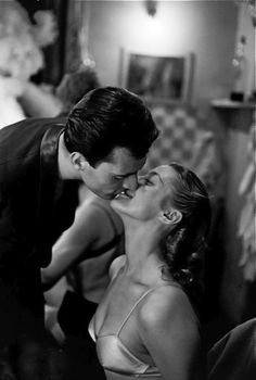 """Aux Folies Bergère à Paris : préparatifs pour la représentation de la revue """"Une vraie folie"""" (réalisation : Michel Gyarmathy ; 1re 1952) : un danseur embrasse une danseuse dans sa loge."""