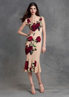 The rose is one of the most symbolic of all flowers and Dolce&Gabbana make it live on beautiful dresses and accessories that will easy take you from summer into fall. Trendy Dresses, Women's Fashion Dresses, Nice Dresses, Short Dresses, Summer Dresses, Runway Fashion, Womens Fashion, Moda Vintage, Lookbook