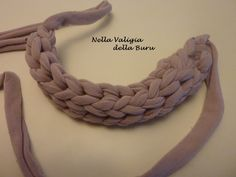 Nella valigia della Buru: TUTORIAL: i TORCIGLIONI DELLA BURU - Per collane e bracciali in jersey o fettuccia Crochet Purses, Crochet Scarves, Crochet Yarn, Diy Crafts Jewelry, Handmade Crafts, Yarn Necklace, Crochet Necklace, Finger Weaving, Crochet T Shirts