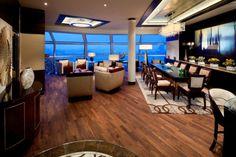 Reflection Suite dentro do Celebrity Cruise - sala de estar com piso de madeira / decoração.