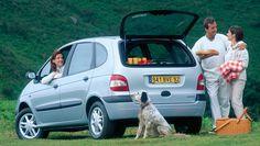 Renault Scenic est le premier monospace compact de l'histoire automobile. Il intègre la gamme des monospaces Renault en 1996, à mi-chemin entre Twingo et Espace. Immédiatement adopté par les familles, celui qu'on appelle d'abord « Mégane Scénic » connaît un tel succès commercial qu'on ne tarde pas à le nommer simplement « Scénic ». Ses dimensions sont compactes avec une longueur de 4,17 mètres, et sa silhouette monocorps et ovoïde reprend les lignes du concept-car annonciateur de 1991.