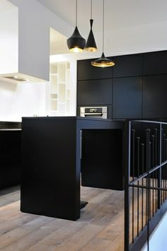 Ultra modern black kitchen-T Dixon lighting Apartment Kitchen, Kitchen Interior, Kitchen Design, Black Kitchens, Home Kitchens, Kitchen Black, Modern Interior Design, Interior Architecture, Cocinas Kitchen