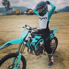Motocross Outfits, Motocross Love, Enduro Motocross, Motocross Girls, Womens Dirt Bike Gear, Dirt Bike Girl, Fille Et Dirt Bike, Bike Humor, Biker Photography