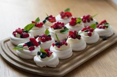 For an office grill party, I have been looking for a dessert that is not too powerful and can be prepared well for 20 people. I finally came across these sweet mini Pavlova with fresh berries through Layered Desserts, Mini Desserts, Sweet Desserts, No Bake Desserts, Delicious Desserts, Dessert Recipes, Yummy Food, Mini Pavlova, Dessert Party