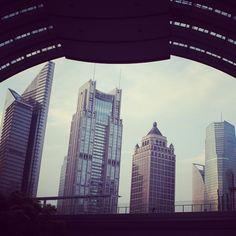 La città di Shanghai vanta più di 37 grattacieli, molti dei quali sono i più alti al mondo. Questo è il distretto di Pudong fotografato da una diversa angolazione. È qui che si trovano la maggior parte degli uffici internazionali dove i ragazzi svolgono i nostri #internshiprograms. #programmidistage #internship #cina #china #stageincina