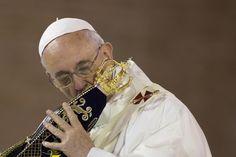 Francisco besa una imagen de la Vírgen de Aparecida, hoy, antes de la primer misa pública que brindó en la Basílica del mismo nómbre.(AP Photo/Felipe Dana)