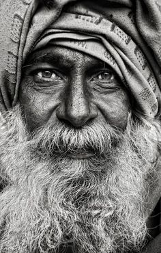 This black and white street portrait by Mark Smart is amazing in its simplicity. No fancy effects, just the portrait of a man whose life is etched on his face. Foto Portrait, Street Portrait, Old Man Portrait, Portrait Art, Black And White Portraits, Black White Photos, Black And White Photography Portraits, Black And White Face, Street Photography