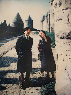 L'Empereur du Japon Akihito (à l'époque, prince héritier) en compagnie de la guide Lily Devéze (1918-2015) dans les lices de la Cité de Carcassonne le 8 avril 1984. Photo: Pierre Calmettes