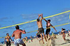 VOLEI | Durant el mesos d'estiu a les dues principals platges del municipi s'habiliten pistes de Volei-platja. A la badia de Sant Feliu a la zona dels creuers i a la Platja de Sant Pol davant de les instal·lacions nàutiques.