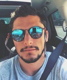 Ator usa óculos de sol masculino redondo espelhado azul com cordinhas a7d17e9f51