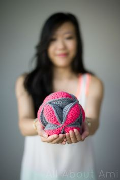 Crochet Amish Puzzle Ball - pattern http://www.lookatwhatimade.net/crafts/yarn/crochet/free-crochet-patterns/crochet-amish-puzzle-ball/