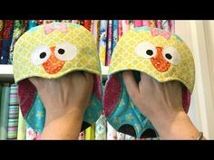 Quick and Easy Owl Oven Mitts. In this Saturdays tutorial, you will learn how to create your own owl oven mitts that make cooking fun! You can create these in a variety of colours for gifts, and for your own kitchen. PDF of Owl Design: . Owl Applique, Applique Tutorial, Table Runner And Placemats, Tablerunners, Fabric Storage, Mug Rugs, Easy Sewing Projects, Hot Pads, Fabric Scraps